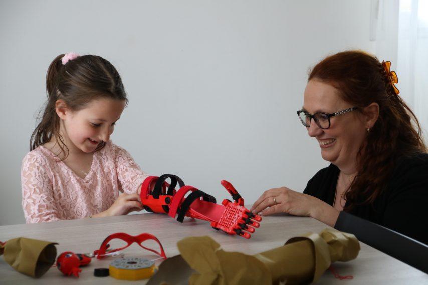 Jeanne découvre sa nouvelle prothèse, dévoilée par une de ses deux fabricantes, Sylvie Auffret. (©CH. La dépêche/Eure-Infos)